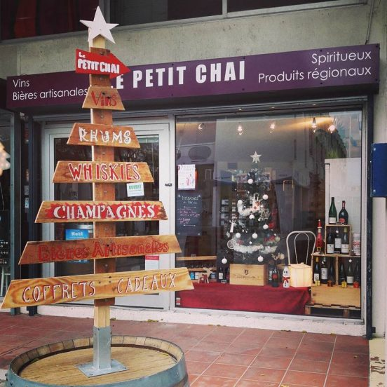 arbre de noel le petit chai caviste la grande motte fete de fin d annee cave vins vin champagnes bieres rhum whisky languedoc